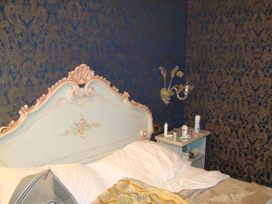 Hotel Castello : the queen bed