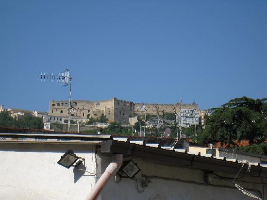 I Vicoletti : Vue sur le Castel Sant'Elmo depuis la terrasse du B&B