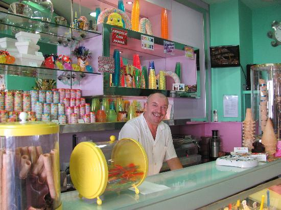 Gelateria Il Dolce Sorriso : The owner and his very cute ice cream parlour