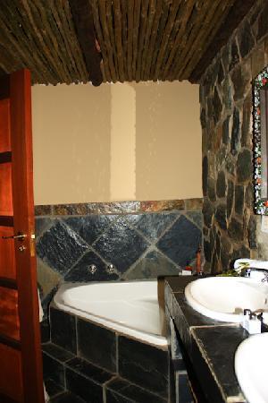 Singwe River Lodge: Large tub in bathroom