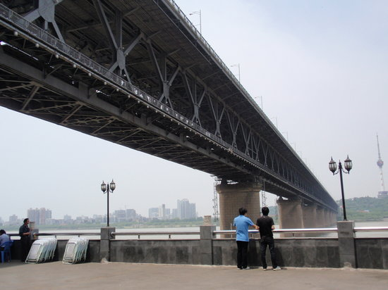 Wuhan the Second Yangtze River Bridge: 下からはこんな感じです