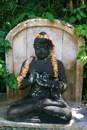 LadyBamboo Villa: Serene Statue