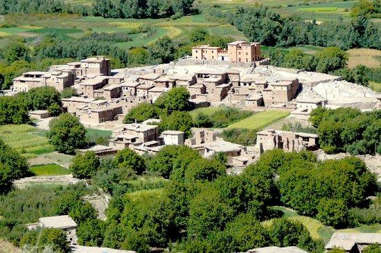 La Kasbah du M'Goun - Ait Bouguemez : La situation de La casbah du M'goun dans un village calme et dans une vallée verdoyante ; ait bo