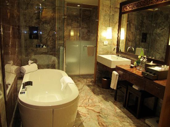 Centara Grand Beach Resort Phuket : Bathroom