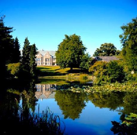 เคนวูด ฮอลล์: The hotel has some nice grounds with an ornamental pond.