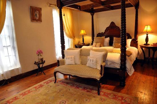 Realou Guest House: cape dutch room
