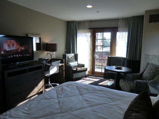 The Oxford Hotel : Fernseher mit Schreibtisch und Balkon