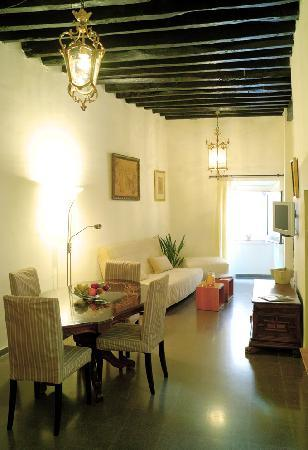 Girona Medieval Suites Apartments : Girona Medieval Suite Apartment, dinning room 2
