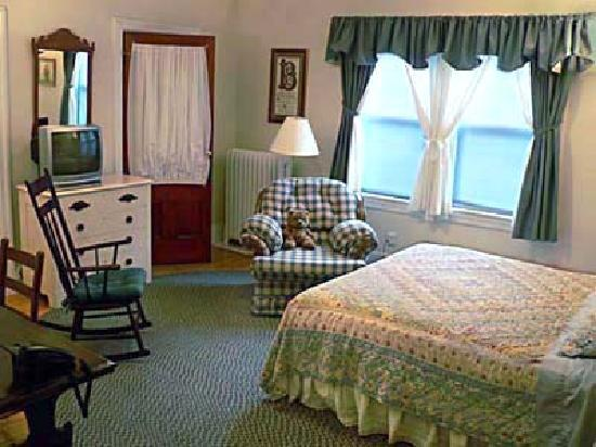 Morrison House Bed & Breakfast: The Morrison Room: queen bed plus Murphy bed, ensuite bath