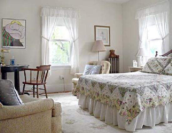 Morrison House Bed & Breakfast : The Davis Room, queen bed plus twin bed, private bath down the hall