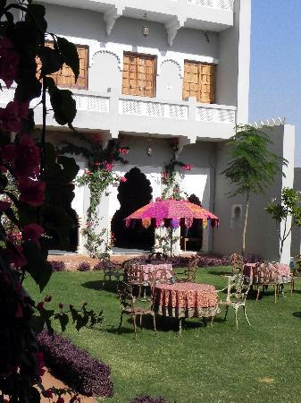 Barsingha Villa : The main garden
