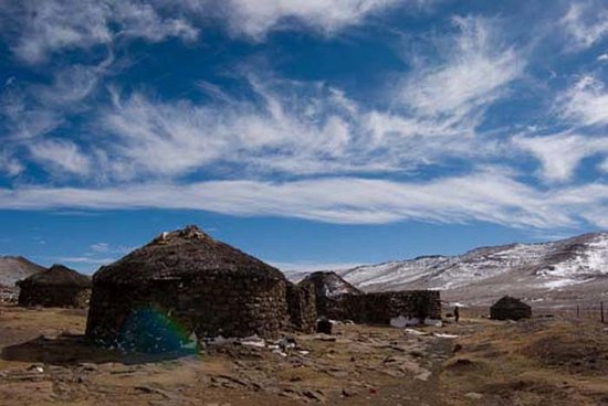 Квазулу-Наталь, Южная Африка: hamlet of rondavels in Lesotho