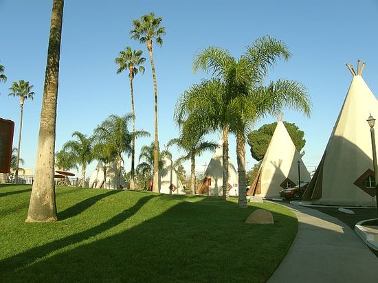 San Bernardino, Kalifornien: The Wigwam Motel at sunrise.