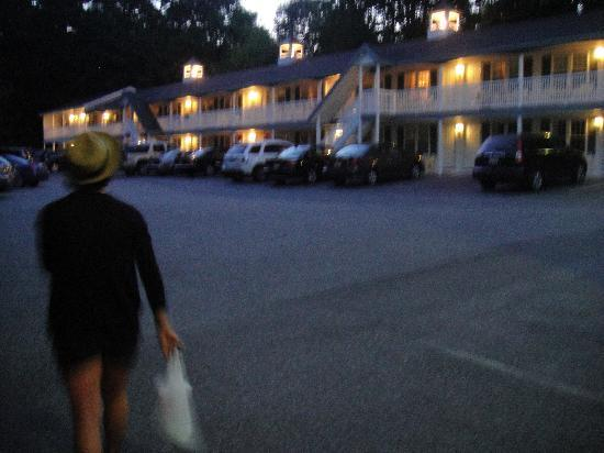 Studio East Motel: Night stroll back to the room