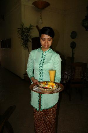 Rumah Mertua Boutique Hotel & Garden Restaurant & Spa: Nice lady from the staff with some fresh fruit and juice