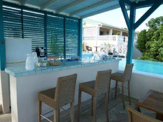 Oasis Creole: Shaded terrace with bar, also place for breakfast and BBQ