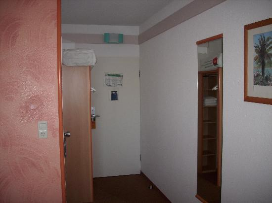 Ibis Styles Osnabrueck: Room Entrance and Closet