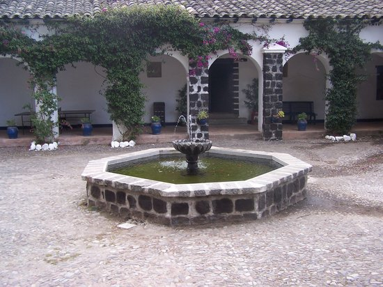 Hacienda Pinsaqui: Interior Courtyard Fountain