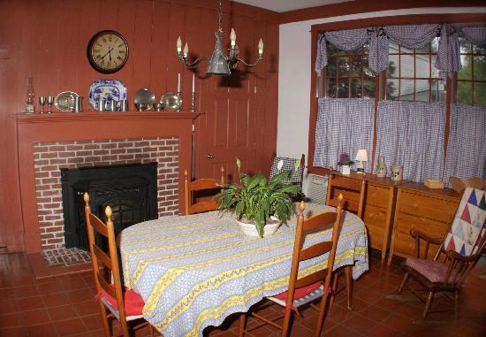 Elizabeth Rose House : Guest will be able to enjoy breakfast in the kitchen area in front of the wood stove, watch TV,