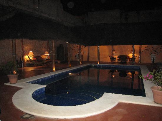 Hotel Casa Lucia: Pool area at night