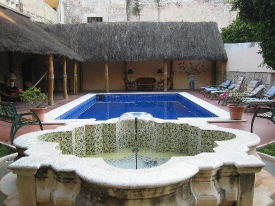 Hotel Casa Lucia: Daytime pool and view