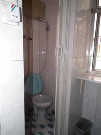 New Peking Guest House: New Peking Guest House's bathroom