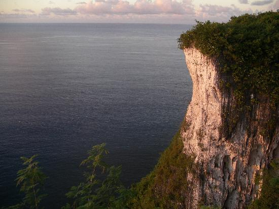 Tumon, Kepulauan Mariana: High cliffs