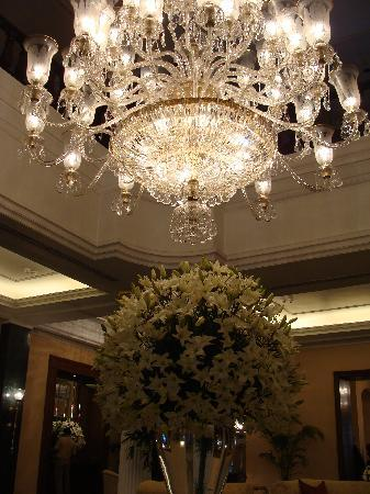 The Oberoi Grand: Chandelier, lobby