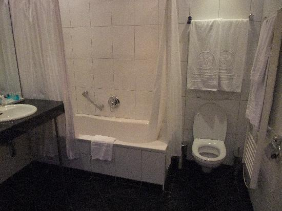 Hotel Ambassador: bathroom