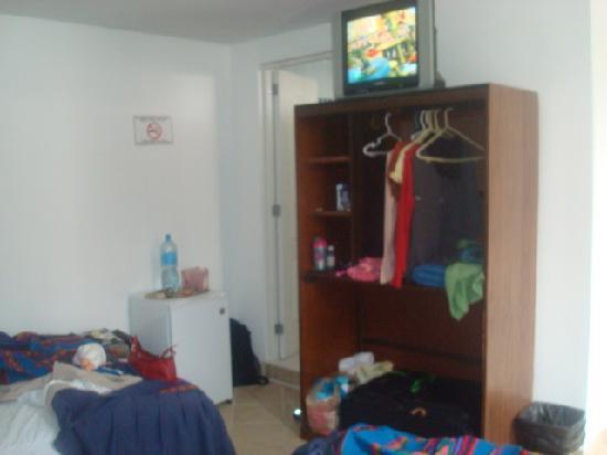 Hotel Miraflores Lodge: mini fridge, dresser with Cable TV