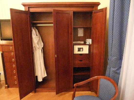 Hotel Ambassador: wardrobe