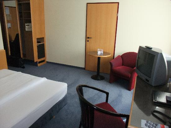 Austria Trend Hotel Lassalle Wien: sitting area opposite bed