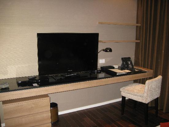 Pan Pacific Serviced Suites Bangkok: Large LCD with dvd-player. Cable.