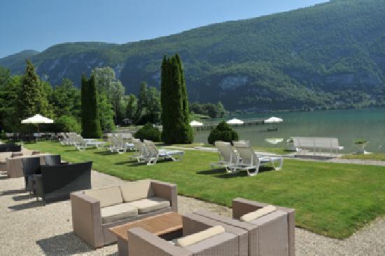 Savoie, France: La plage et ses chaises longues