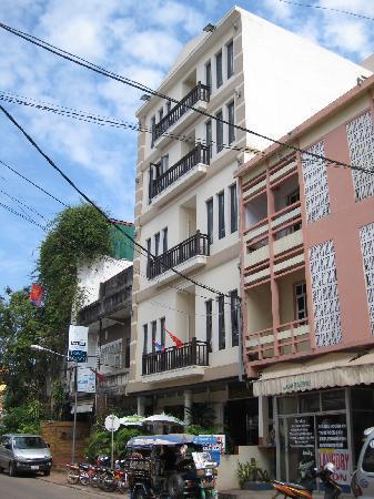 Sinnakhone Hotel: Street view