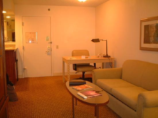 Hilton Phoenix Suites: リビングルーム