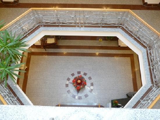 Strandhotel Kurhaus Juist : Blick von oben in das gigantische Treppenhaus des Hotels