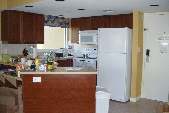 Wyndham Santa Barbara: Cocina completa,  muy comoda, hay un Publix cerca