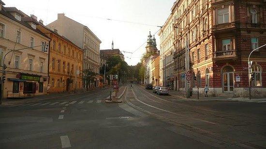 Hotel u Svateho Jana: La rue de l'hôtel en été