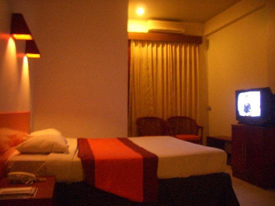 Yani Hotel : 実用的ながら、快適な部屋。
