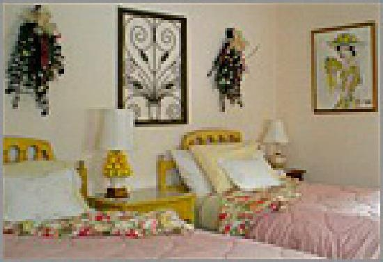 Warwick Valley Bed and Breakfast: Floridian Room, set up with twin beds