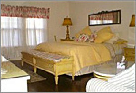 Warwick Valley Bed and Breakfast: The Provincial, a king bedded room. One of the more luxurious.
