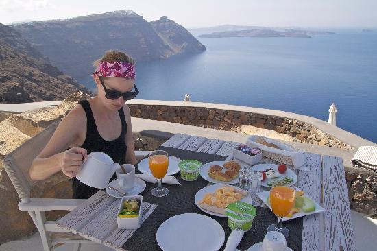 Aenaon Villas: Breakfast on the terrace, our favorite!