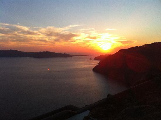 Aenaon Villas: Sunset from our patio looking towards Oia