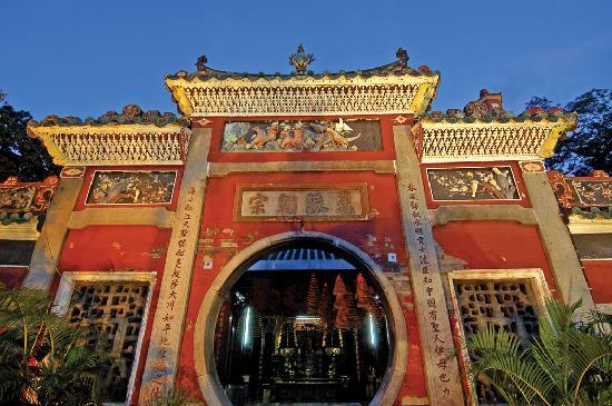 Makau, Cina: Built in 1488, the A-Ma Temple is one of the oldest and most famous temples in Macau.