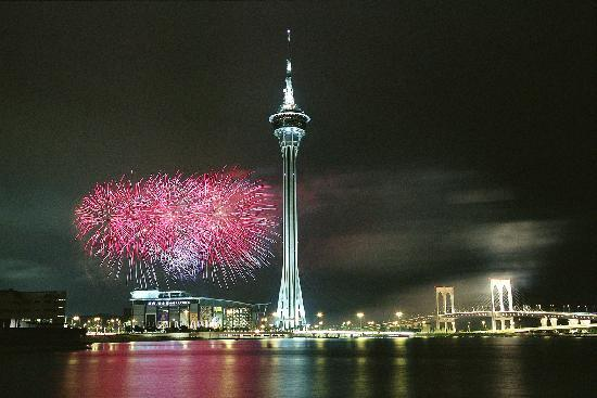 Macau, Chine : At the internationally acclaimed five-week Fireworks Festival, competing teams vie for prizes wi