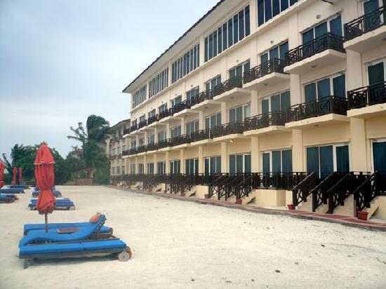 Hulhule Island Hotel: Balcony side