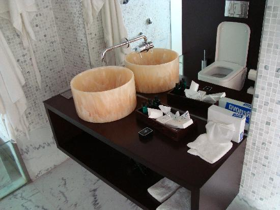 VIP Grand Lisboa Hotel & Spa: Part of bathroom
