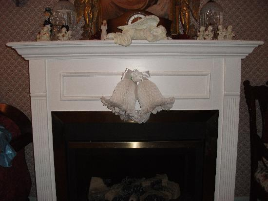 Angels' Watch Inn Bed and Breakfast : Fireplace