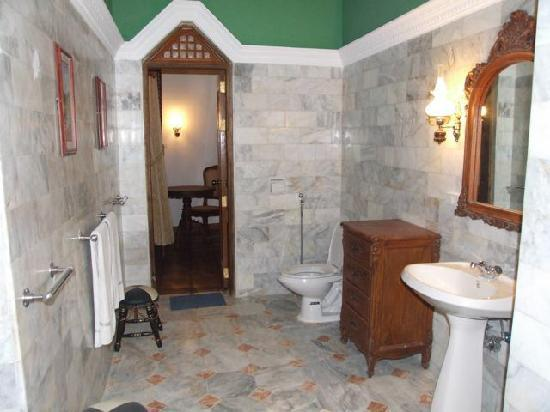 Tropicana Castle Resort: tropicana castle spacious marbled bathroom
